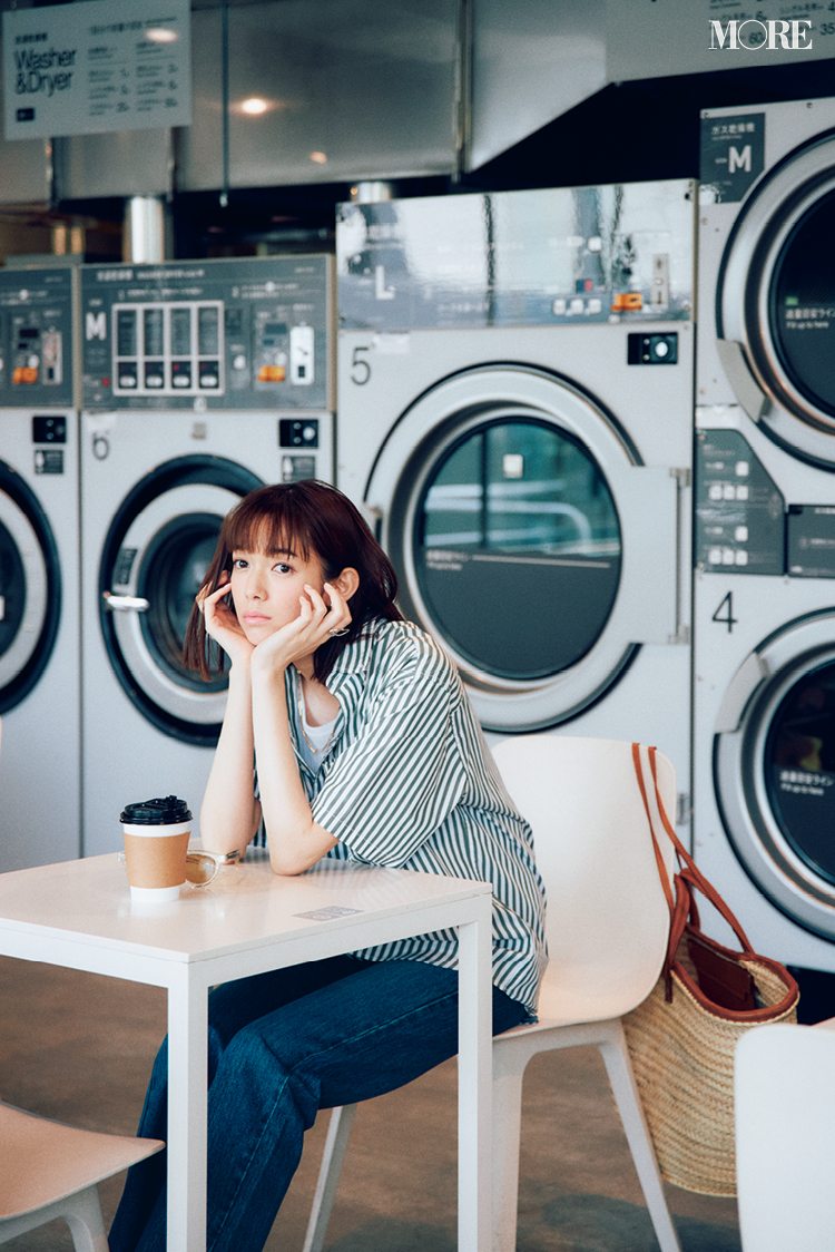 ストライプシャツ×デニムコーデの佐藤栞里