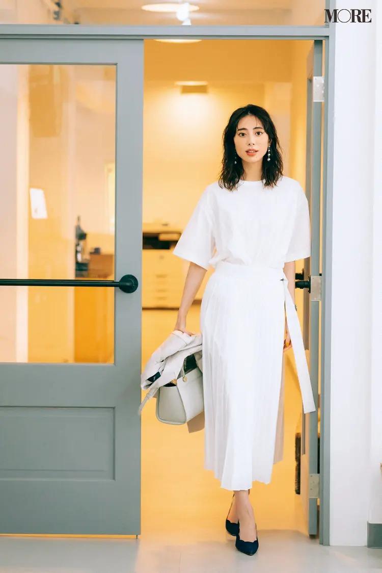【レディースTシャツコーデ】白Tシャツ×白いプリーツスカートのコーデ