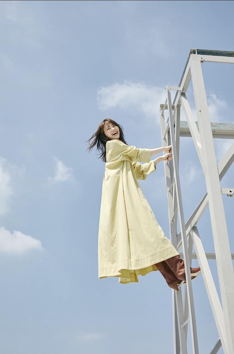逢沢りなの笑顔×黄色ワンピが、最高に映え♡【モデルのオフショット】_1