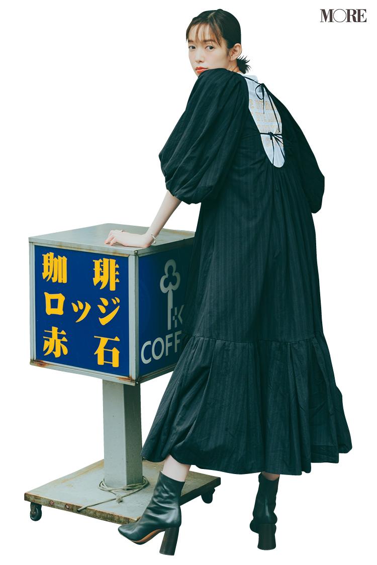 黒ワンピースを着てセリーヌのブーツをはいた佐藤栞里