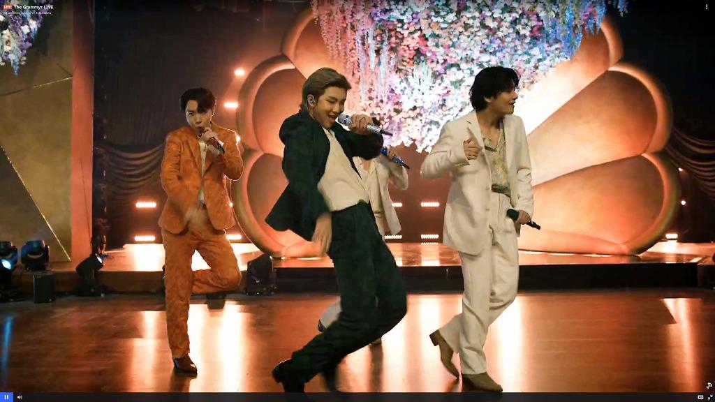 グラミー賞授賞式で『Dynamite』を披露するBTS