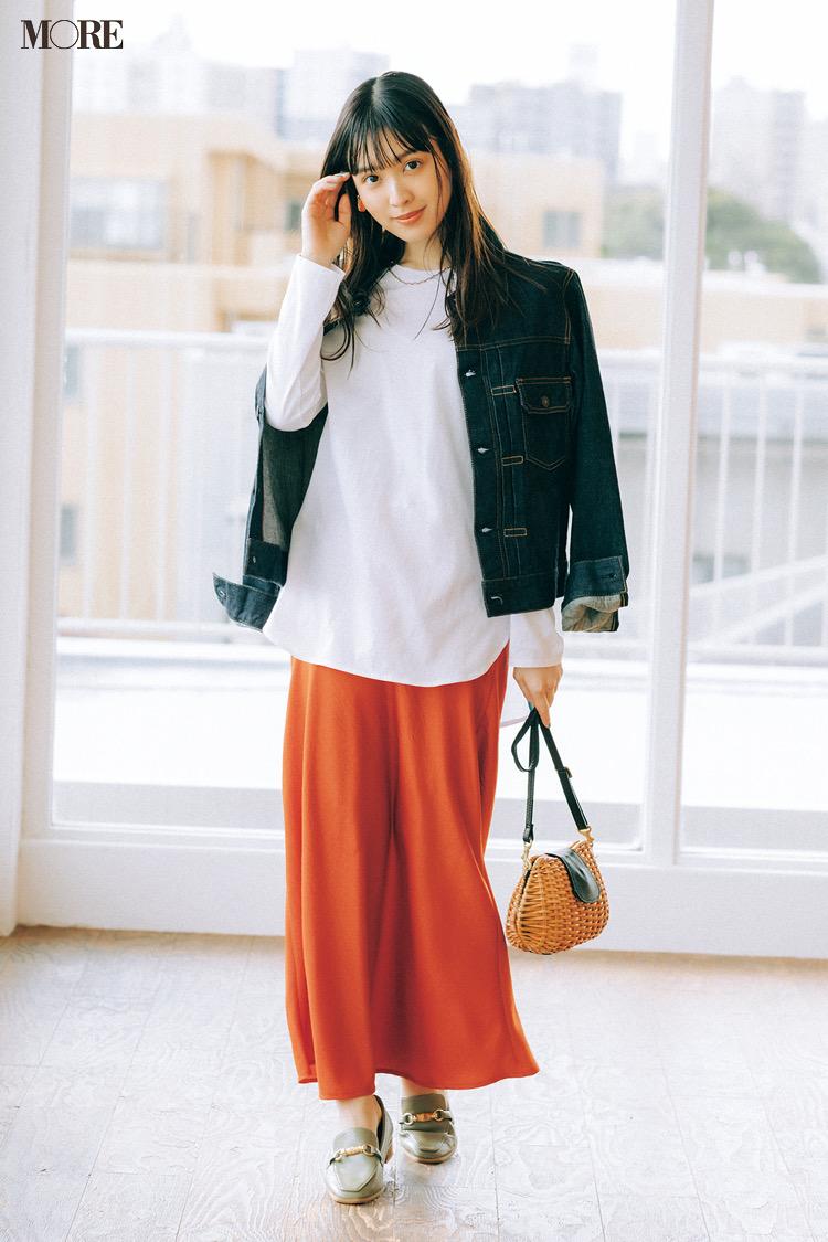 白Tシャツとオレンジのナロースカートにショルダーかごバッグを持った松本愛