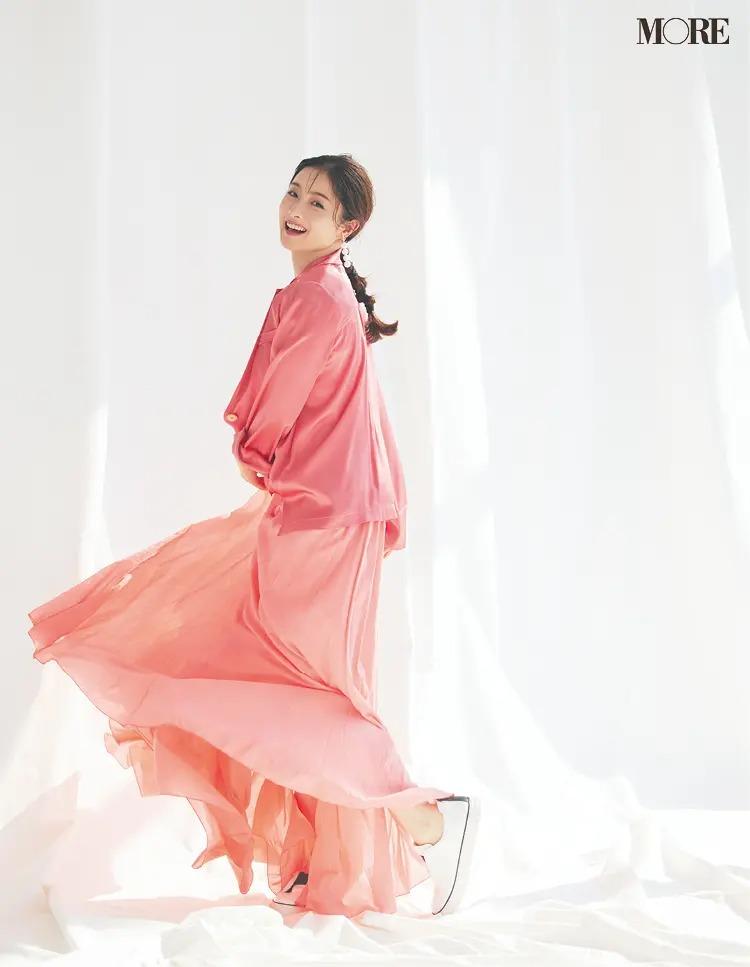 ピンクの服を来て微笑む石原さとみ