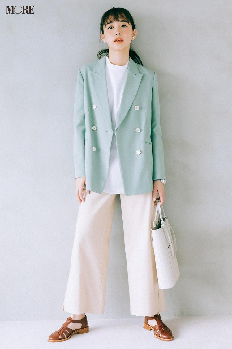 ベージュのワイドパンツとペールグリーンのジャケットコーデの井桁弘恵