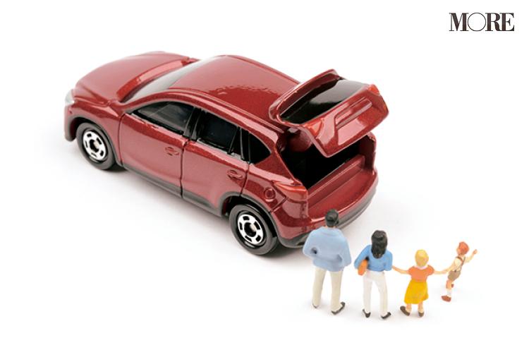 赤い車と4人家族のフィギア
