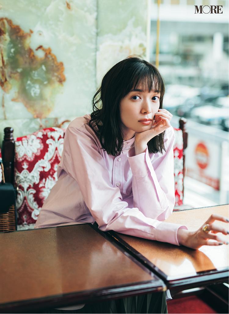 ピンクのバンドカラーシャツを着た佐藤栞里