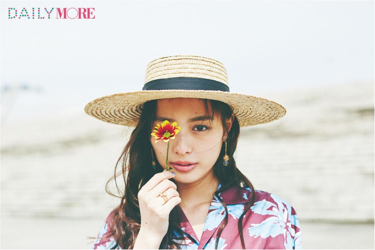 内田理央が、梅雨の晴れ間に見せた笑顔♡ カンカン帽と開衿シャツで夏コレ!_1_3