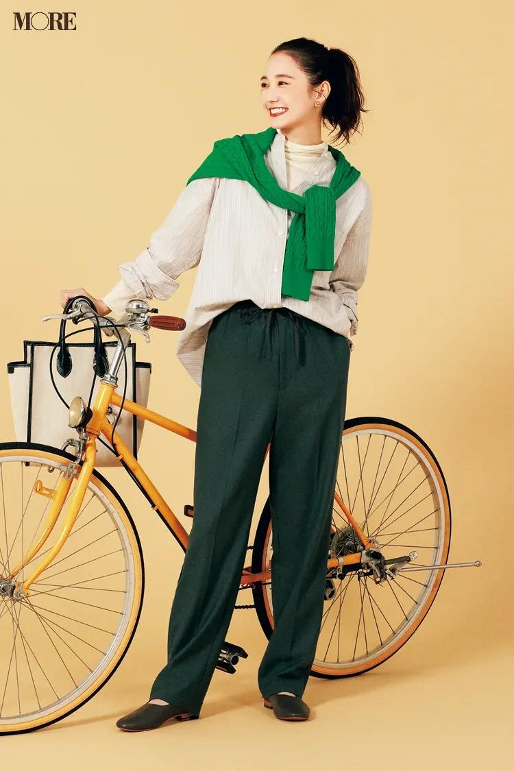 【2021ニットコーデ】ドロストパンツ×グリーンのニット×シャツのコーデ
