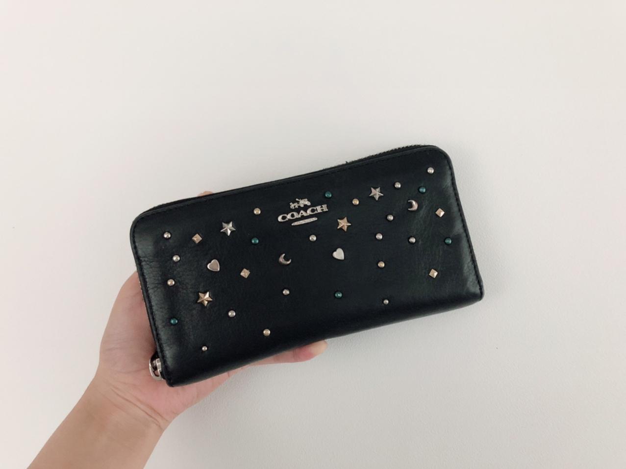 【20代女子の愛用財布】《COACH》派手すぎない星空みたいなキラキラスタッズがお気に入り˚✧₊バッグもお揃いで使用しています♩_3