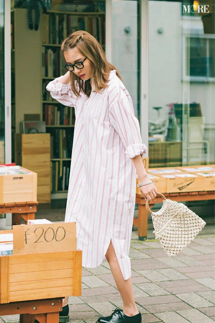 【夏のワンピースコーデ】鮮度抜群の赤ストライプでラフな着こなしをほんのり女っぽく格上げ!