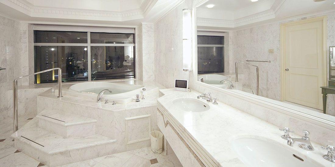 【千葉県のおしゃれなホテル】『ホテル ザ・マンハッタン』の大理石バスルーム。