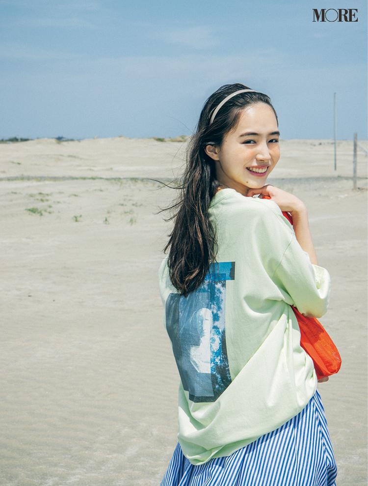 【井桁弘恵の夏コーデ】プリントTシャツとストライプ柄スカートのコーデ