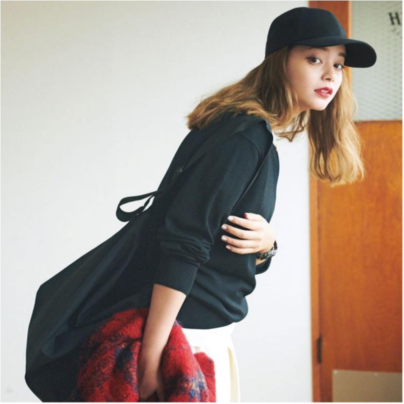 【2018年秋のおすすめ『ユニクロ』コーデ7】 黒のメンズニットとキャップ、バッグ
