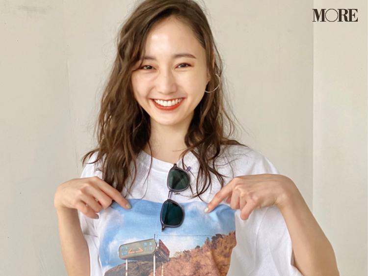 鈴木友菜がTシャツを見て爆笑! その理由は? 【モデルのオフショット】