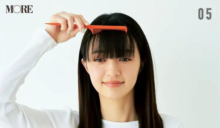 前髪のうねり問題を解決させる方法5. コームで前髪をほぐす