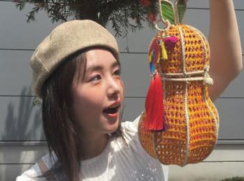 【唐田えりかの撮影オフショット】えっ、洋ナシ? 実はこう見えてかごバッグなんです!