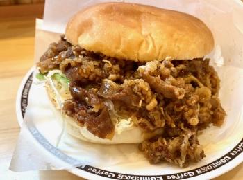 『コメダ珈琲店』で噂のバーガー。肉だくだく「コメ牛」が想像を上回る大きさだった‼