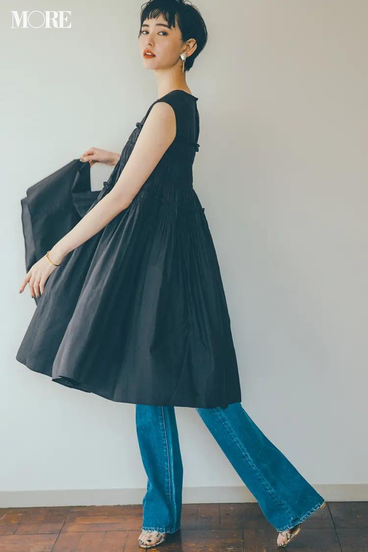《2020夏のデニムコーデ》黒×デニムのクールビューティな着こなしにブラウンリップで大人の色気を