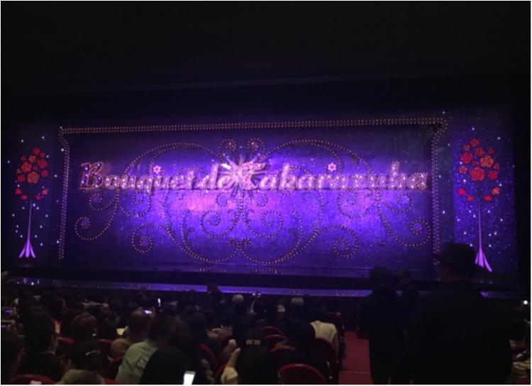 【クリスマスまであと3日!】クリスマスツリーでカウントダウン☆ 赤い絨毯に映えるブルーツリー@東京宝塚劇場_3