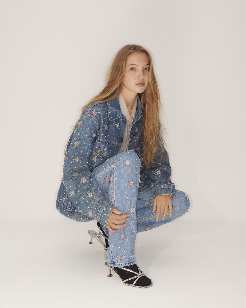 ミュウミュウ×リーバイスのデニムジャケット、パンツを着たモデル