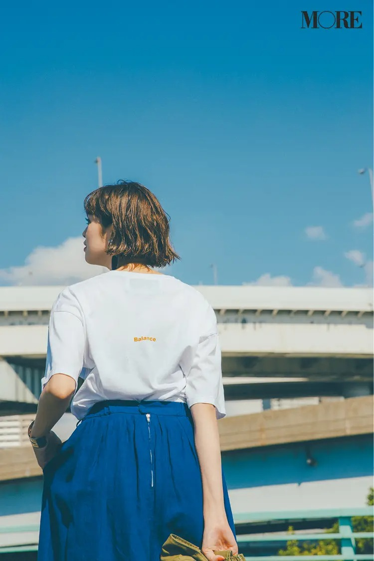 【白Tシャツコーデ】ビッグ白Tシャツ×ブルーのパンツ