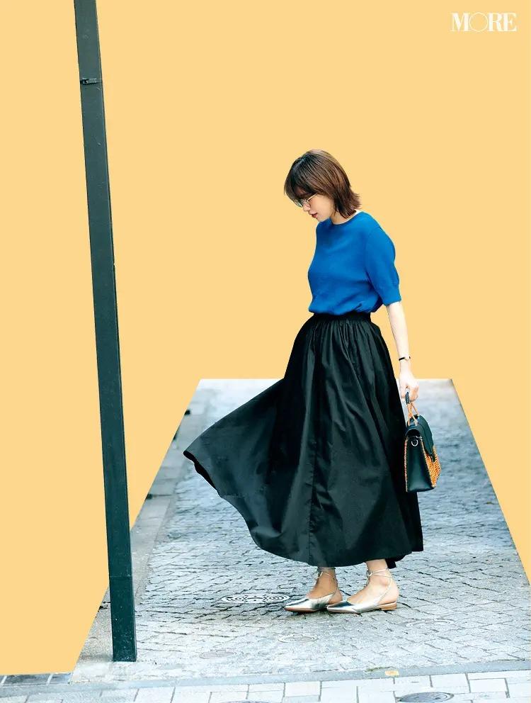【2021夏オフィスカジュアル】フレアスカート×半袖ニット×メガネ×フラットシューズのコーデ
