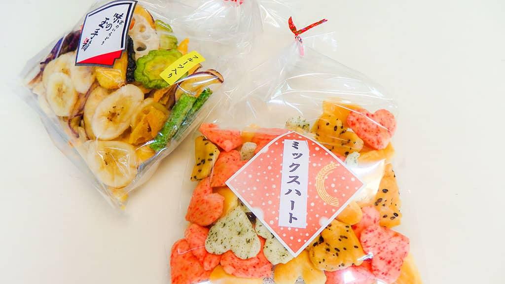 可愛いハートあられや、面白いフルーツ菓子の写真