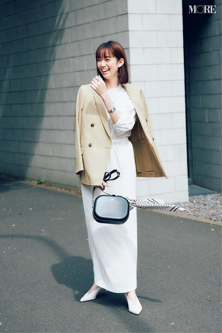 白ブラウス×白タイトスカートにジャケットをはおった佐藤栞里
