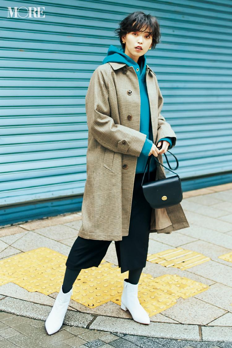 比留川游はチェック柄コートを白いブーツとブロンドールのグレイタイツに合わせて