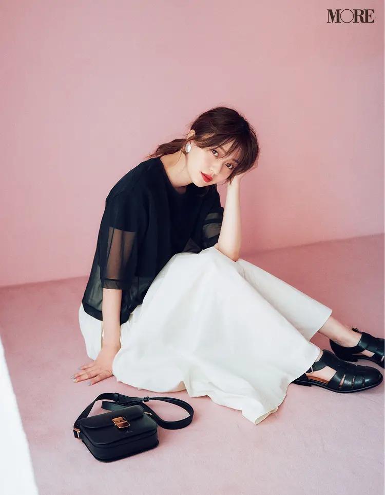 【レディースTシャツコーデ】黒Tシャツ×白いスカートのコーデ