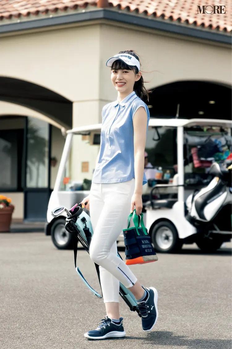 『アドミラル ゴルフ』のポロシャツと『マンシングウェア』パンツを着た女性
