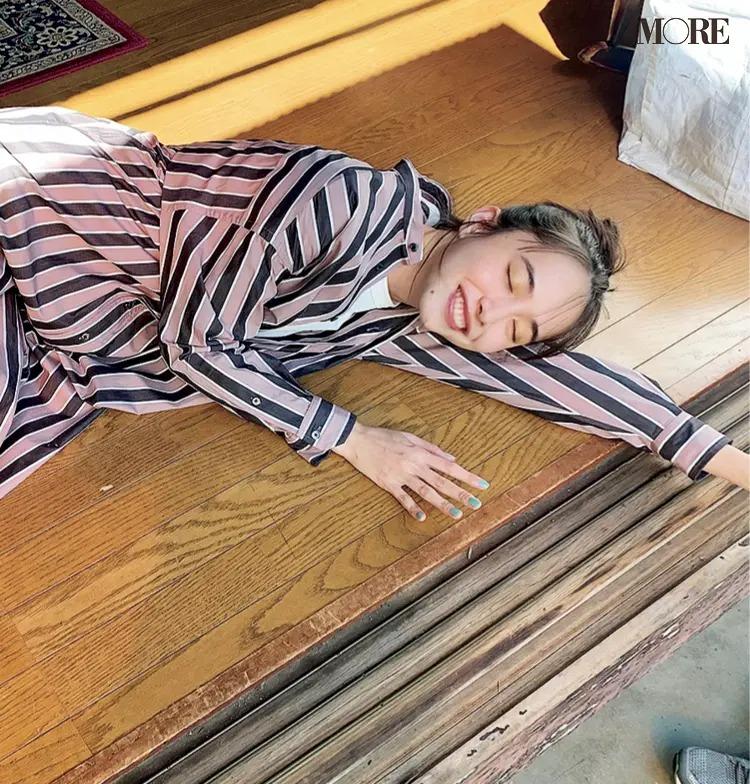 実家のようなスタジオで寝転ぶ井桁弘恵のオフショット