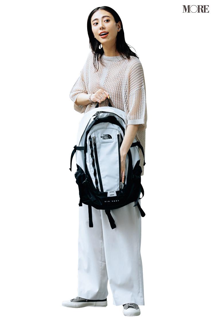 サマーニット×白パンツのオフコーデにノースフェイスのリュックを持った土屋巴瑞季