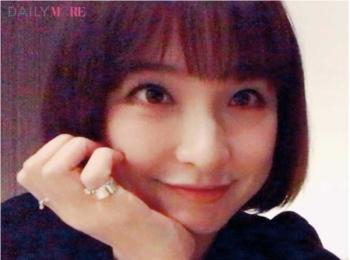 """【モアモデルお気に入りの自撮りポーズって?】篠田麻里子は""""あご乗せ""""でおすましして♪"""