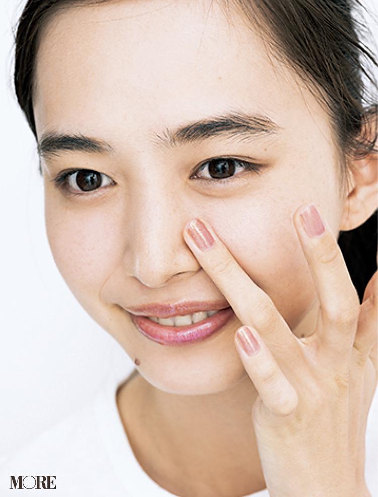 毛穴カバーにはポアレス系下地を活用! 小鼻などカバーしたいところにピンポイントになじませて。毛穴の凹凸をフラットにカバーするおすすめ2品も_1