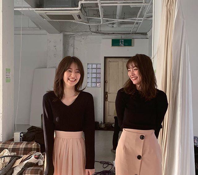 完全に双子コーデ! な内田理央と逢沢りな♡【MORE4月号 撮影のオフショット】_1