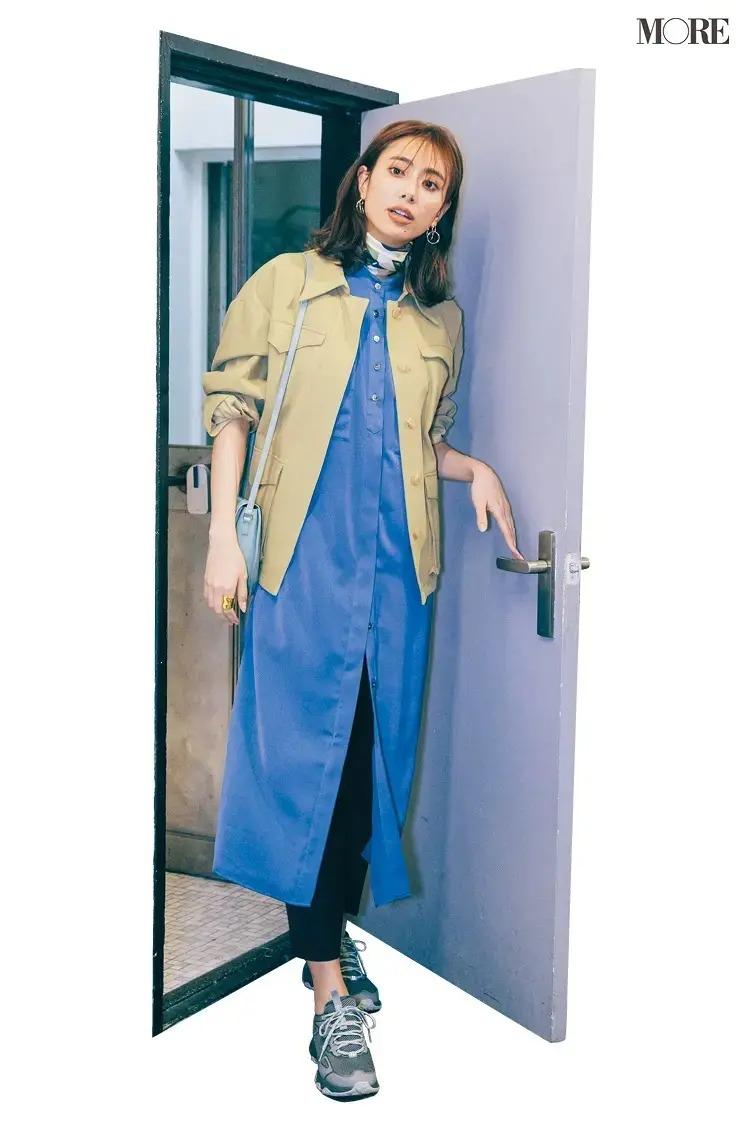 【春のスニーカーコーデ】ブルーのシャツワンピース×黒パンツ×グレーのスニーカー