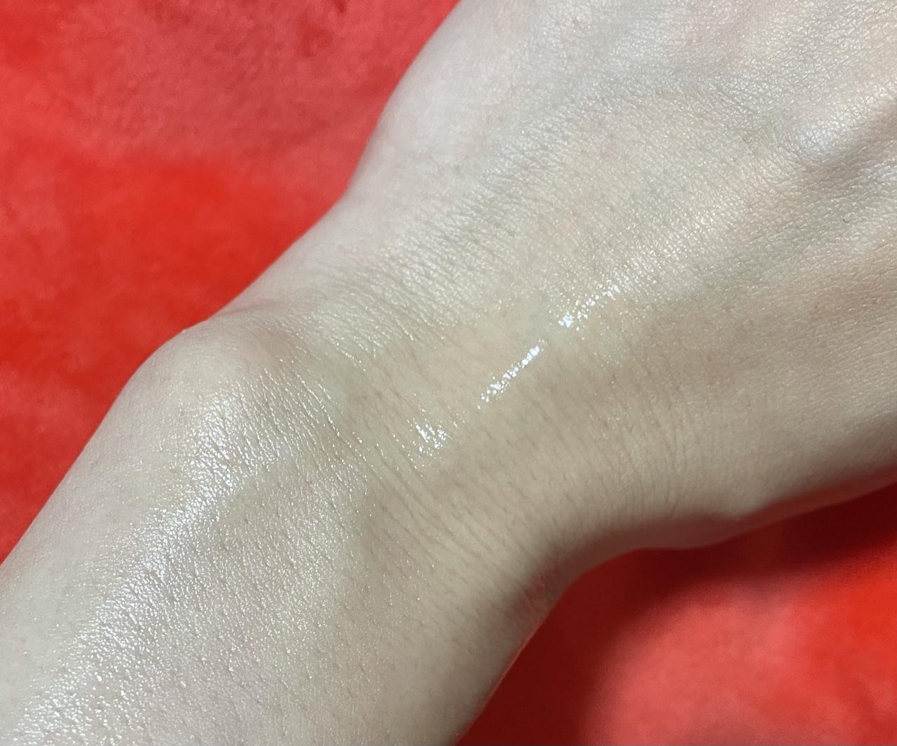 CHANELの化粧水をスプレーした手元