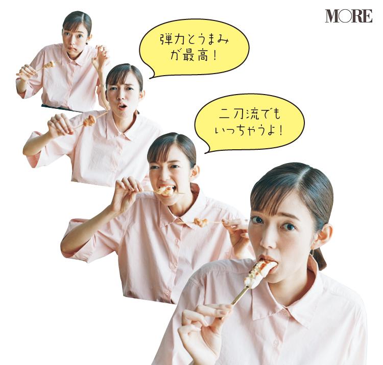 佐藤栞里が長野県のおすすめお取り寄せグルメ「寿地鶏」の寿地鶏焼き鳥セットを食べている様子
