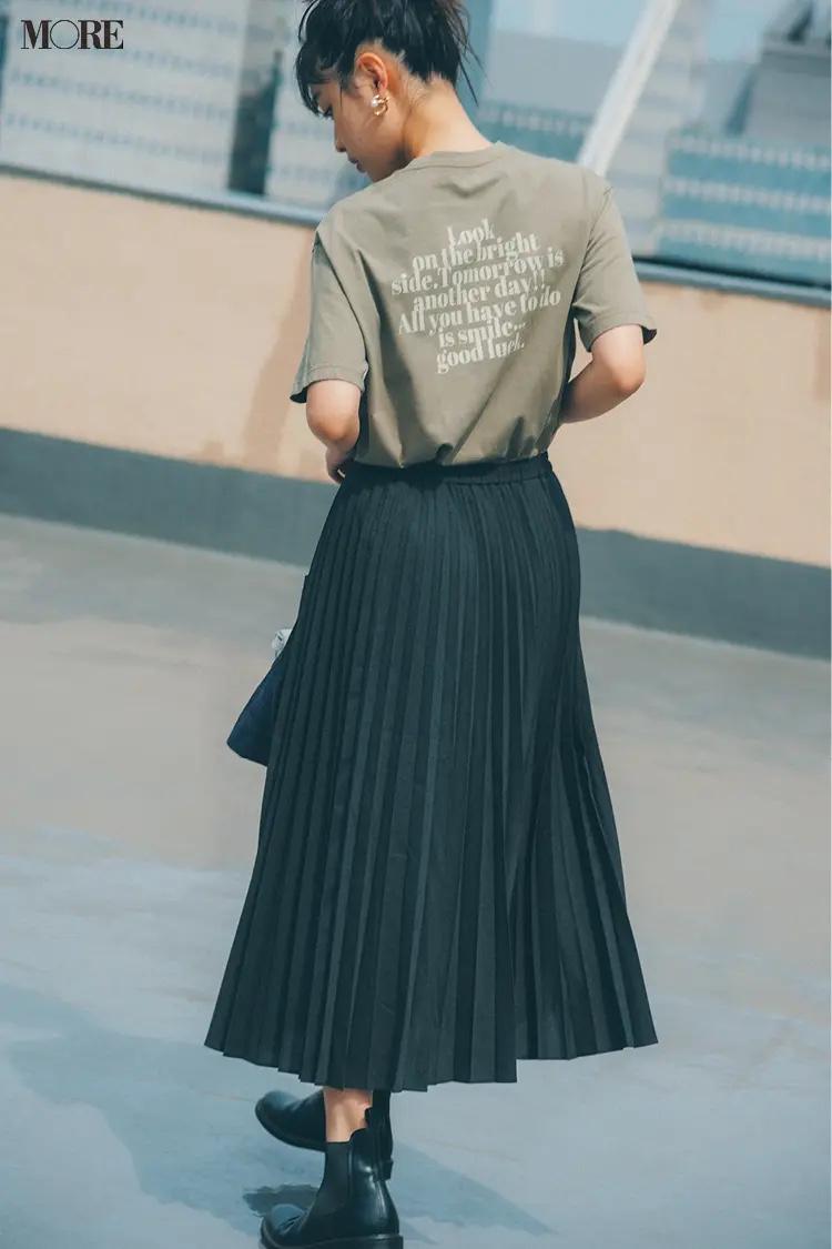 バックプリントTシャツ×ユニクロのプリーツスカートコーデの松本愛