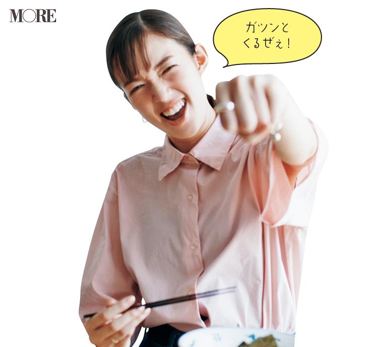 佐藤栞里が長野県のおすすめお取り寄せグルメ「ハルピンラーメン」のハルピンラーメンを食べている様子