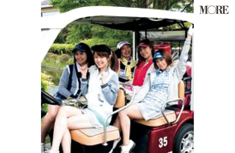 「サンクチュアリゴルフ 六本木店」でカートに乗る女性