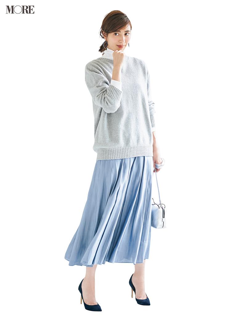 オレンジも水色も、グレーのクルーネックニットなら全部受け止めます♡ スカートの配色はこれをヒントに!_2