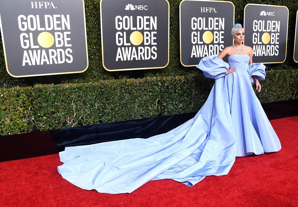 レディー・ガガは『ヴァレンティノ』のブルーのドレスで。ゴールデングローブ授賞式で、主演女優賞を逃すも美しく輝いていた!_1