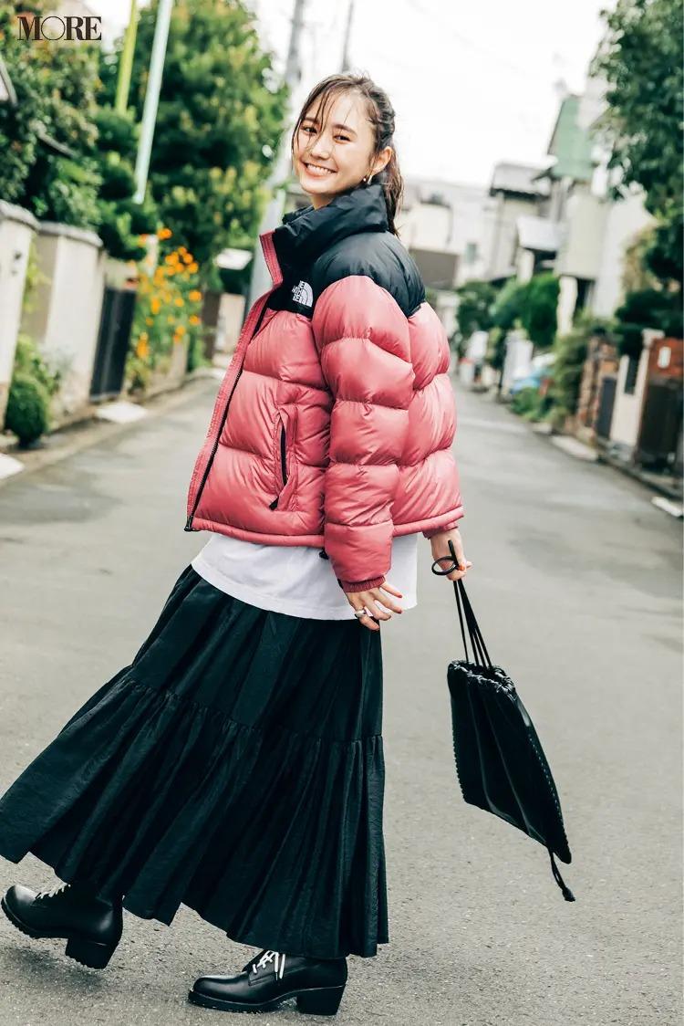 【ショートブーツコーデ】ピンクのダウンコート×黒フレアスカートに黒のレースアップブーツ