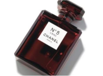 木野園子が『シャネル』のスペシャル限定ボトルの香水をお試し! スマートな女らしさを感じさせる情熱のレッド