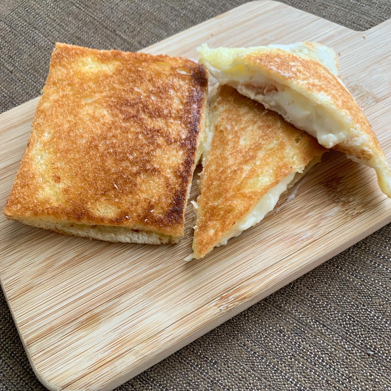 ベシャメルソースを挟んで焼いた食パン