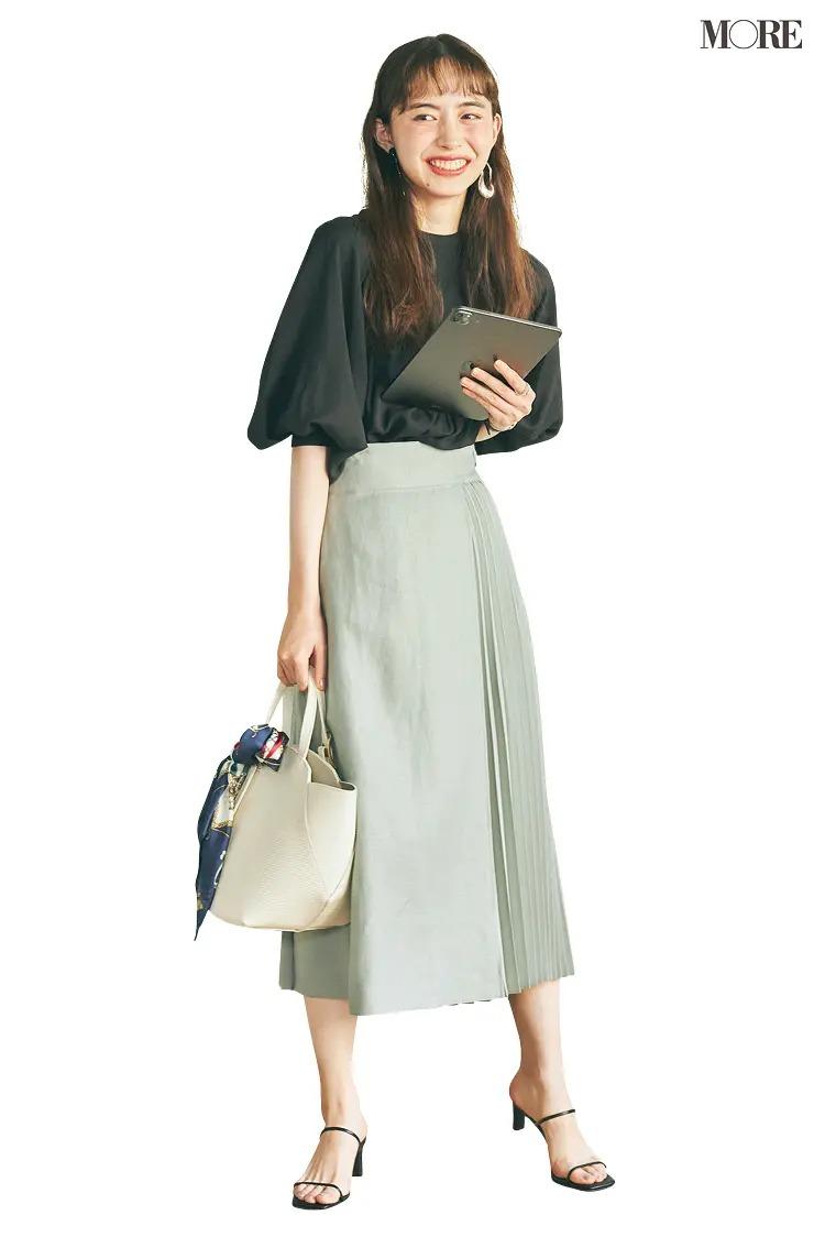 【井桁弘恵の夏コーデ】黒ブラウスとグリーンのスカートのコーデ