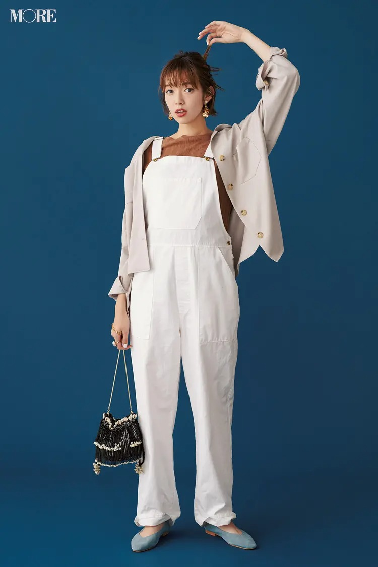 【サロペットコーデ】白のオーバーオール×ベージュのシャツジャケットのコーデ