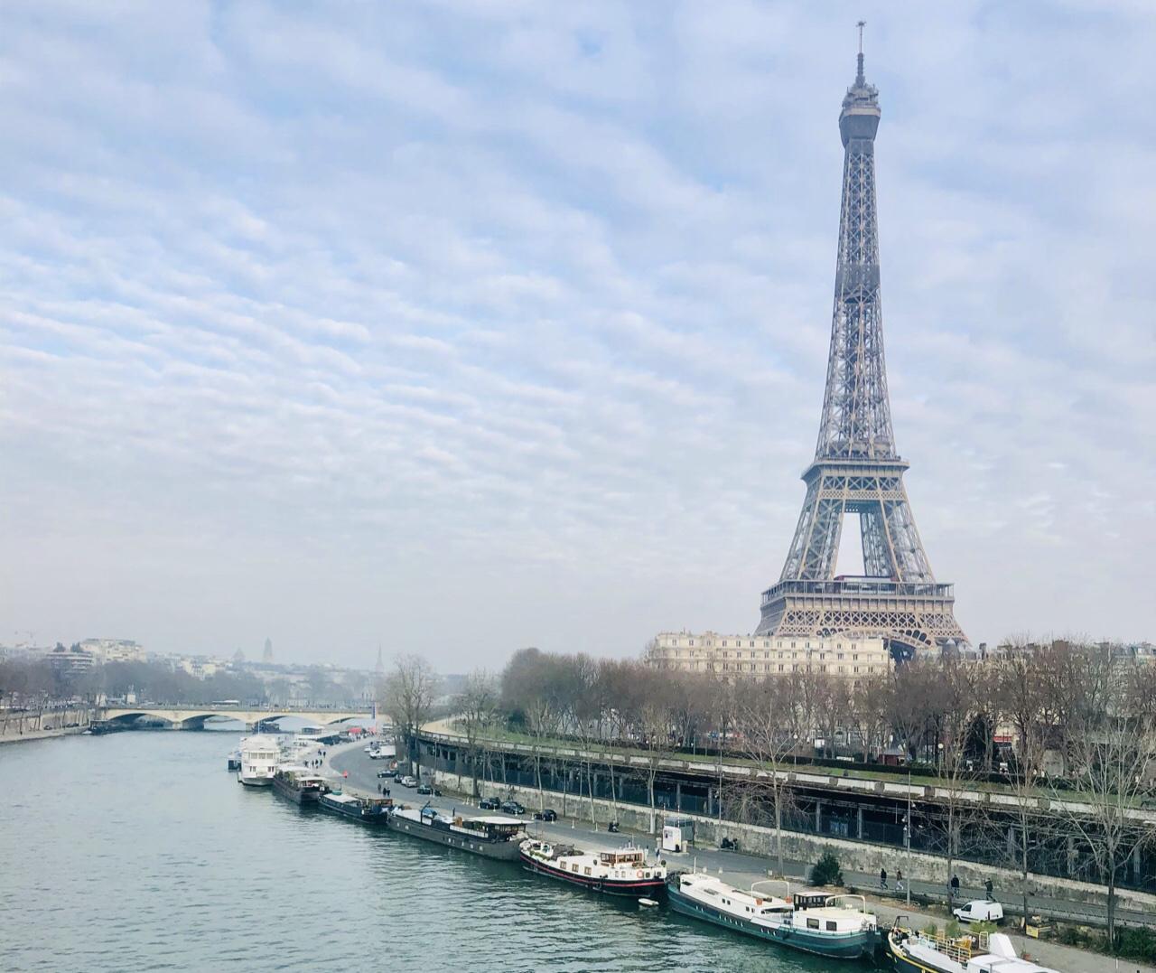 電車から撮ったエッフェル塔の写真